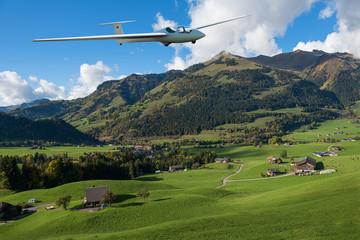 Segelflugzeug im Anflug in den Alpen