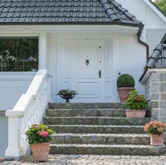 Weiße Haustür eines Hauses