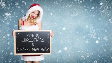 Weihnachtsfrau mit Kreidetafel vor Winterhintergrund