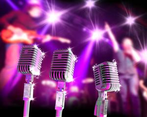 Fondo musical con microfonos retro y concierto.Guitarrista y cantante sobre el escenario.Concepto de karaoke y cantar