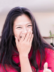 大笑いの女性