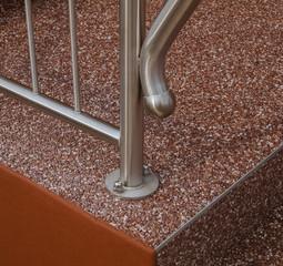 Edelstahlgeländer Detail mit Bodenbefestigung und Treppenstufe mit Steinteppich - Stainless steel railing detail with floor fixing and stair tread with stone carpet