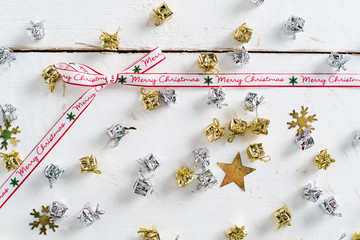 Weihnachtsdekoration mit Merry Christmas Schleifenband