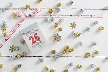 Kalenderblatt mit 26. Dezember, 2. Weihnachtsfeiertag auf Holzuntergrund