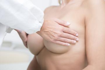 Donna che si sottopone a visita senologica