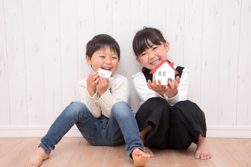 住宅模型を持つ子供