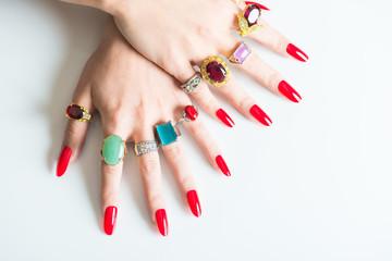 たくさんの指輪を付けた女性の手