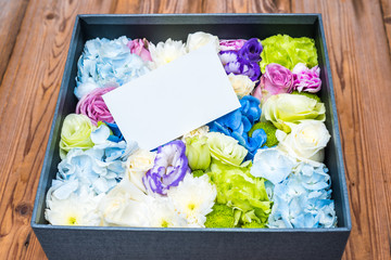 blank note on flowers in the box