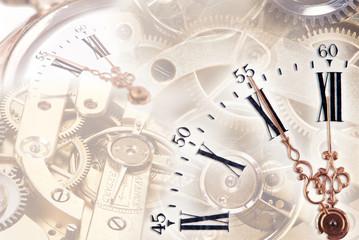 Uhr mit Uhrwerk und Zahnrädern im Hintergrund