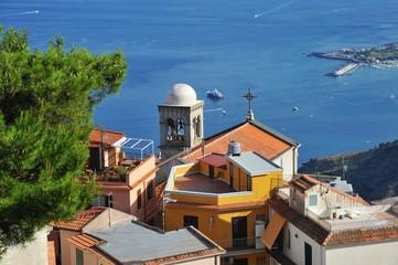 Ausblick über das alte Bergdorf Castelmola auf die Hafenbucht von Giardini di Naxos an der Mittelmeerküste oberhalb von Taormina, Sizilien, Italien