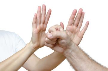 Frau hat Hände zur Abwehr gegen Angreifer erhoben - Detail