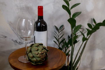 Stillleben mit Weinflasche und Artischocke