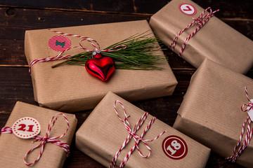 Eingepacktes Geschenk auf einem Holztisch