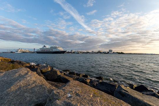 Schiff verlässt den Hafen von Warnemünde