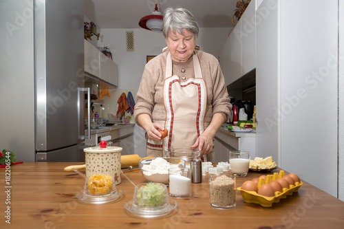 Omas Weihnachtskekse.Oma Schlägt Eier In Eine Glasschale Sie Backt Weihnachtskekse Für