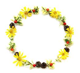 ヒイラギの葉とクマタケランの実とツルソバの花と松ぼっくりとツワブキの花のクリスマスリース