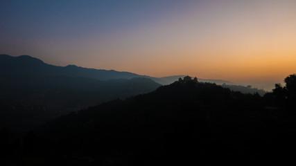 Kloster in den Bergen Nepals bei Sonnenaufgang