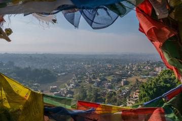 Gebetsfahnen und Aussicht über das Kathmandu Tal