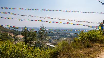Gebetsfahnen und Blick das Kathmandu Tal