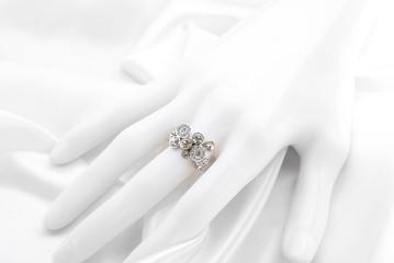 ゴールドとシルバーのダイヤモンドリング