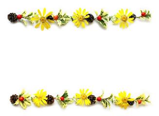 ヒイラギの葉とクマタケランの実とツルソバの花と松ぼっくりとツワブキの花のクリスマスの飾り