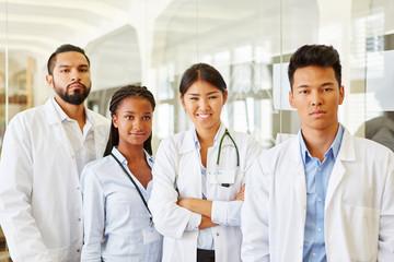 Multikulturelles Ärzteteam im Krankenhaus