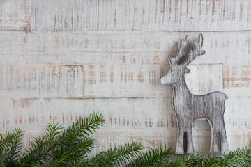 Weihnachten - Holzintergrund mit Rentier und Tanne