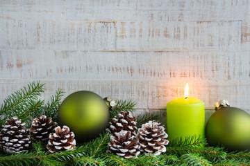 Weihnachten - Holzintergrund mit Kerze, Tanne  und Tannenzapfen