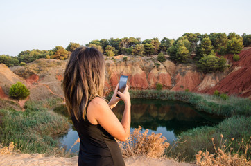Ragazza su lago di bauxite
