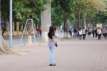スマートホンで写真を撮る女性