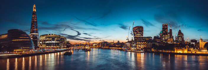 Zelfklevend Fotobehang London The banks of river Thames