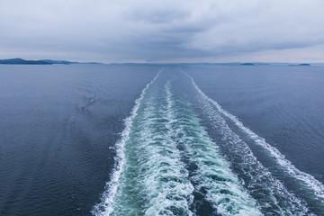 Wellen hinter einem Schiff