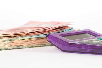 Euro Geldscheine und ein Taschenrechner