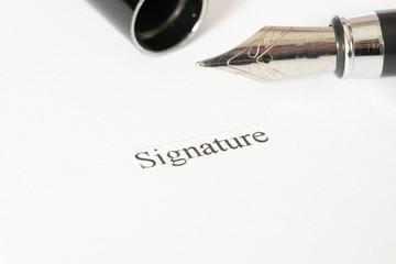 Ein Stift und eine Unterschrift auf einem Vertrag