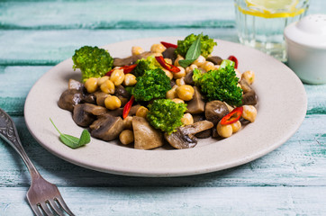 Broccoli with mushrooms and chickpeas