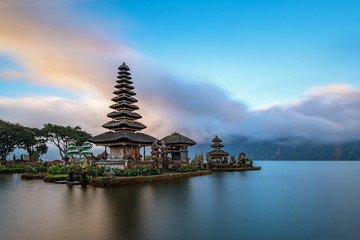 La pose en embrasure Bali Ulun Danu Beratan Temple is a famous landmark located on the western side of the Beratan Lake , Bali ,Indonesia.