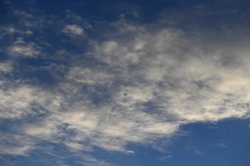 飛行機と青空と雲「雲の風景」(雲の模様)雄大な、壮大な、遥か彼方、旅立ちなどのイメージ
