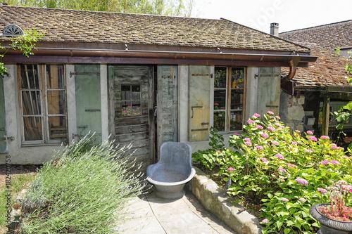 ancienne cabane de jardin et vieille baignoire en fer dans un jardin fleuri stock photo and. Black Bedroom Furniture Sets. Home Design Ideas