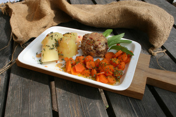 organisch, lifestyle, bärlauch, bulette, chilliflocken, honig, senf, sauce, thymian, kartoffeln, möhrengemüse, modern, neu