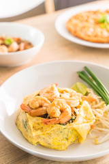 Fried Thai Noodle with Shrimp Wrapped in Egg