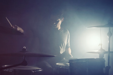 Schlagzeuger im Gegenlicht
