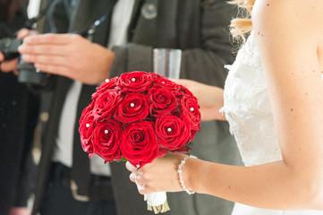Eine Braut und Hochzeitsfotograf bei einer Zeremonie