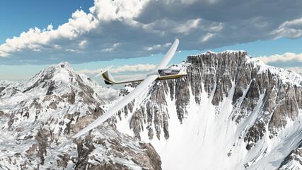 Segelflugzeug über schneebedeckten Bergen