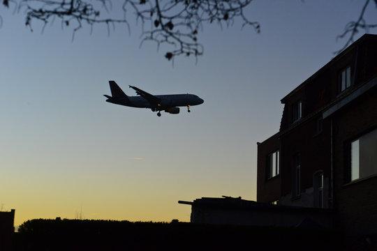 aeroport  vol survol transport aerien avion passager pilote billet survol nuisance plan bruit norme belgocontrol aiguilleurs controle nuit riverains