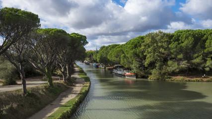 Le Canal de jonction pres du village de  Salleles d`Aude.