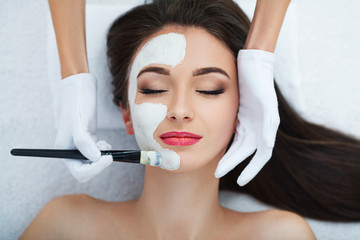 Fototapeta Facial Skin Care. Beautiful Woman Getting Cosmetic Mask In Salon obraz