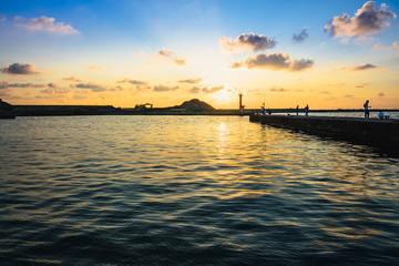 夕焼けの海辺