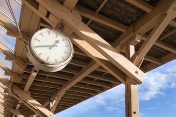 analoge Uhr auf altem Bahnsteig