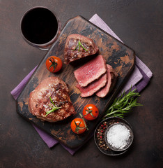 Grilled fillet steak with wine