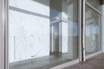eingeworfene Schaufensterscheiben